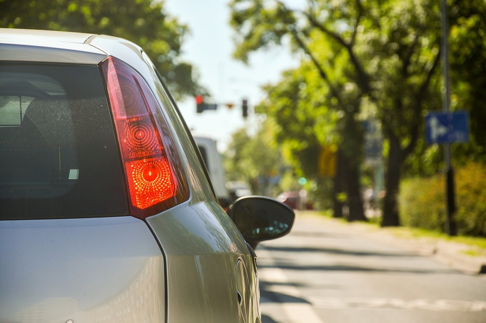 a longer commute decreases well-being despite greater salary